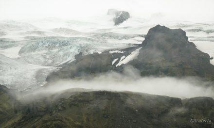 Islanda di ghiaccio. La laguna glaciale di sera e le terre di nessuno