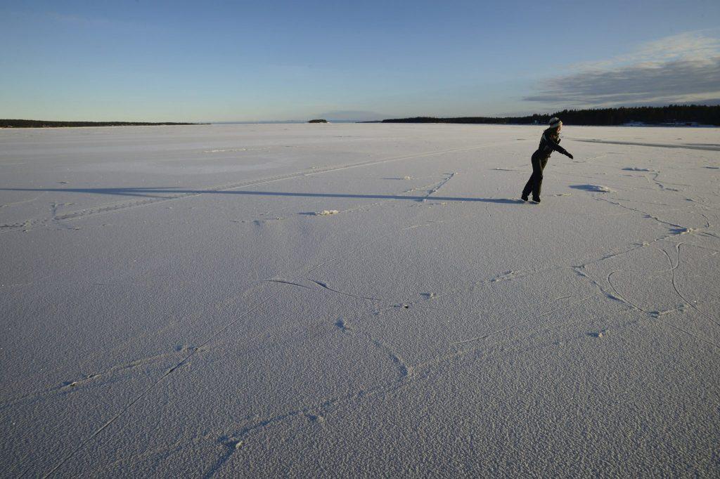 Pattinare sul mare ghiacciato in Svezia (Golfo di Botnia)