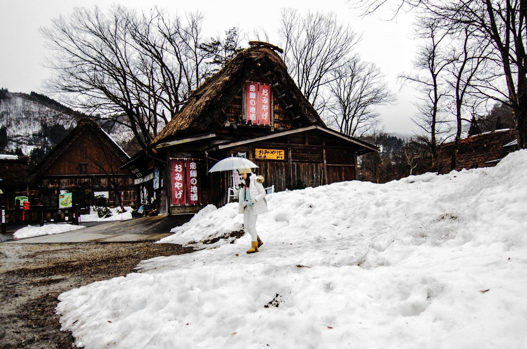 A Shirakawa-go i caratteri latini non compaiono neanche sull'ufficio turistico: ma a noi il Giappone piace anche per questo!