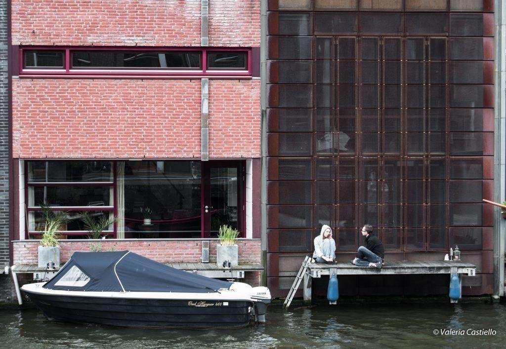Scene di vita quotidiana- Borneo-Sporenburg, Amsterdam : ci si rilassa davanti alla propria casa galleggiante