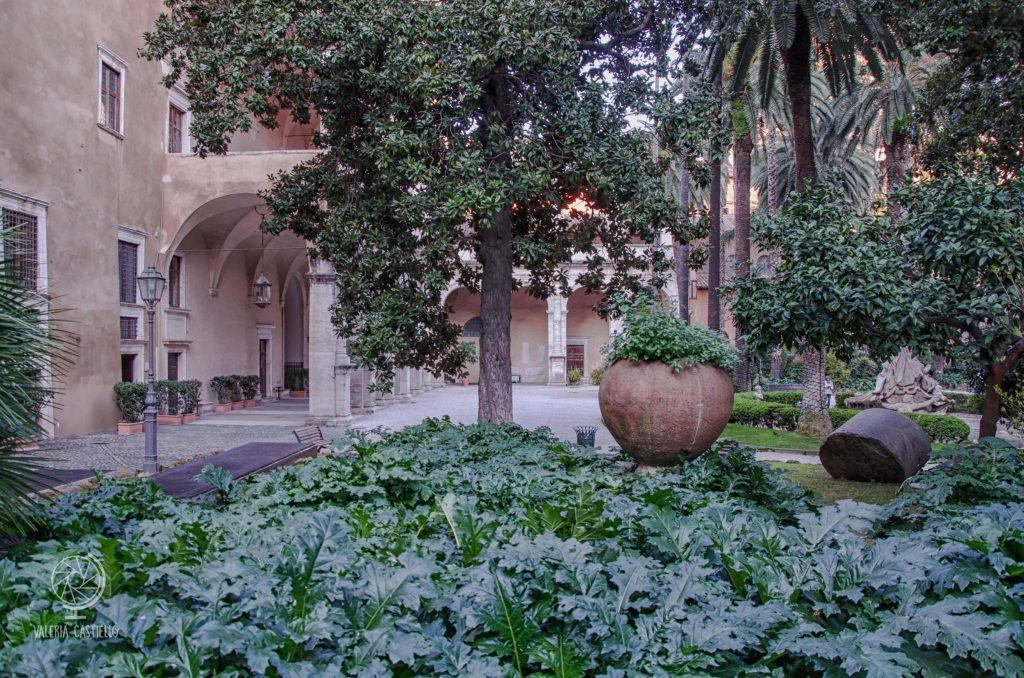 Giardino di Palazzo Venezia a Roma: boschetto di acanti e finto rudere del '700