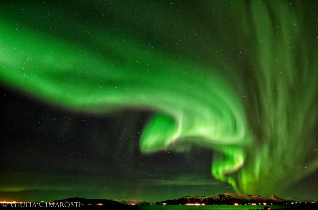 Aurora che danza sopra il cielo di Reykjavik - foto di Giulia Cimarosti, travelreportage.com